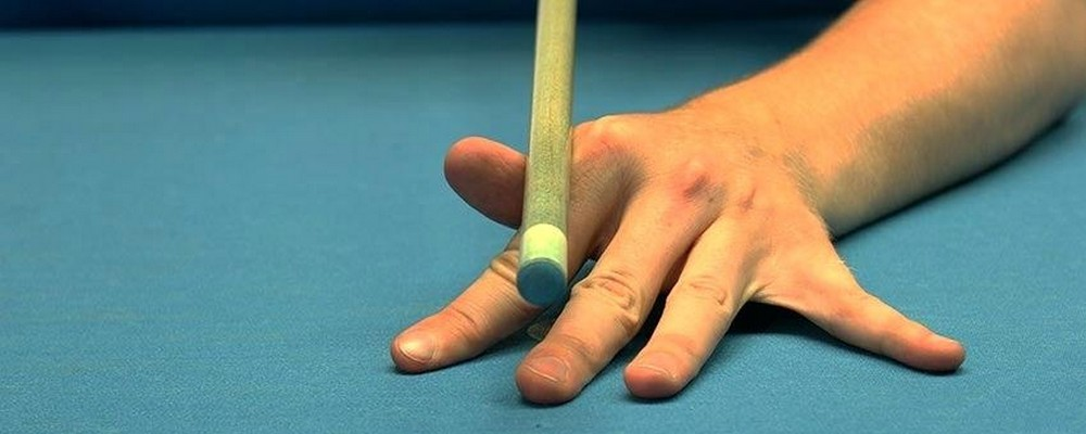 Comment tenir une queue de billard